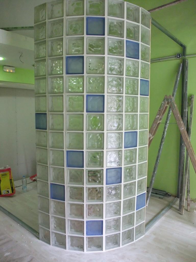 005-paret-curva-paves-vidre-botiga-barcelona