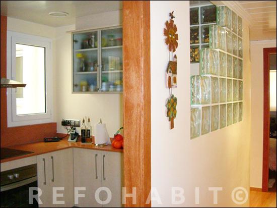Reforma de cuina oberta al passadís amb pavès de vidre i sense porta.