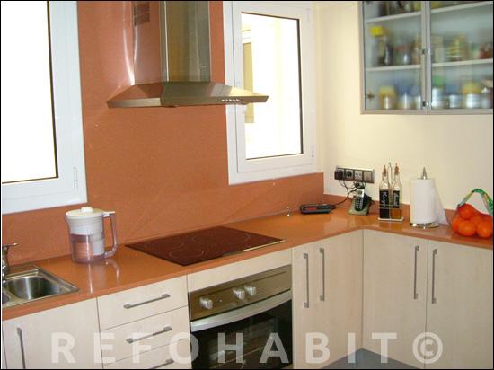 Reforma de cuina amb aplacat de Silestone a la zona de cocció i fogons.