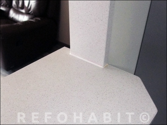 Vaig col·locar Silestone a parets verticals i mostrador passa-plats.