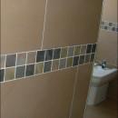 Col·locar peces de malla ceràmica per fer efecte sanefa en parets